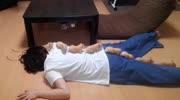 狗狗被女友拋棄了,傷心的躺在地上睡覺,好感動