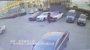 监控:22万劳斯莱斯车标被人顺走!