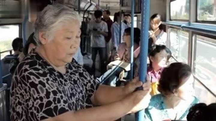 大鵬公交車讓座 大鵬的演技太高了…