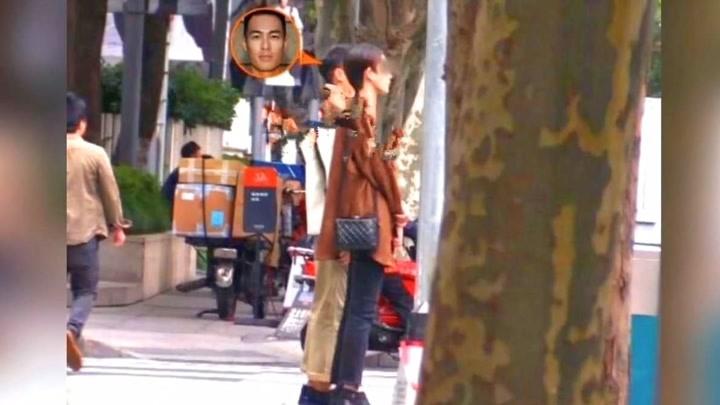 楊祐寧街頭玩攝影心情好與高挑女子離開同逛家具店
