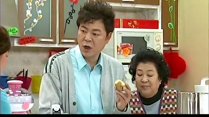 搞笑一家人:婆婆給小兒子準備排骨,竟然給大兒子吃這個,差距呀