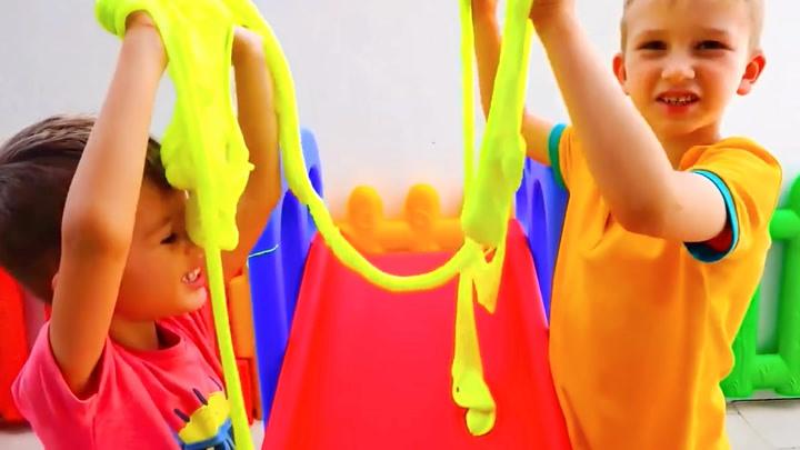 萌宝瓦伦达:瓦伦达的两哥哥在玩什么呢?他们玩得好开心啊!